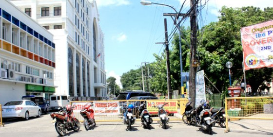 PARKING LOT.The City Council of Iloilo has passed an ordinance banning provincial jeepneysin the city to ease traffic congestion.  But the city government closed De La Rama Street, which is a national road, in front of City Hall and used it as a parking lot. (Tara Yap)
