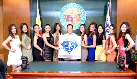 COURTESY CALL. Bacolod City Mayor Monico O. Puentevella (center) with the 2013 MassKara Queen Candidates (from left) Joy Jontilano, Lady Ann Alquizar, JessaCostelo, HoneylenGarde, Indy Caroline Yu, Roselyn Corilla, ChinkyCantere, CharlynSabio, Rhea Mansueto and FranchetteLaguda.