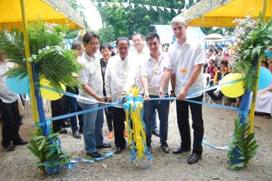 (From left) REP. Alfredo Benitez, Barangay Captain Benjamin Parreno of Cansilayan, Murcia Mayor Andrew Montelibano and Vice Governor Eugenio Lacson lead the inauguration of the P2.5-million multi-purpose building.